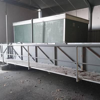 Moving animal loading platform