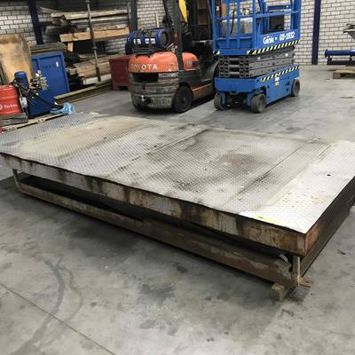 Loading/unloading hydraulic scissor table