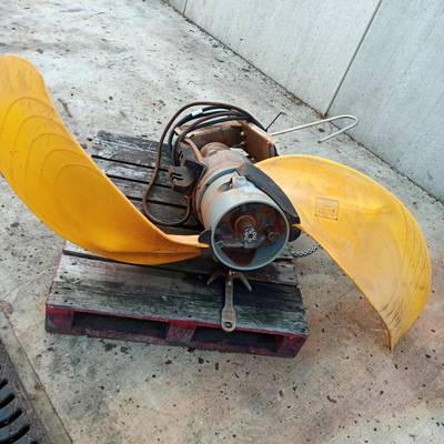 Agitator for manure or water treatment